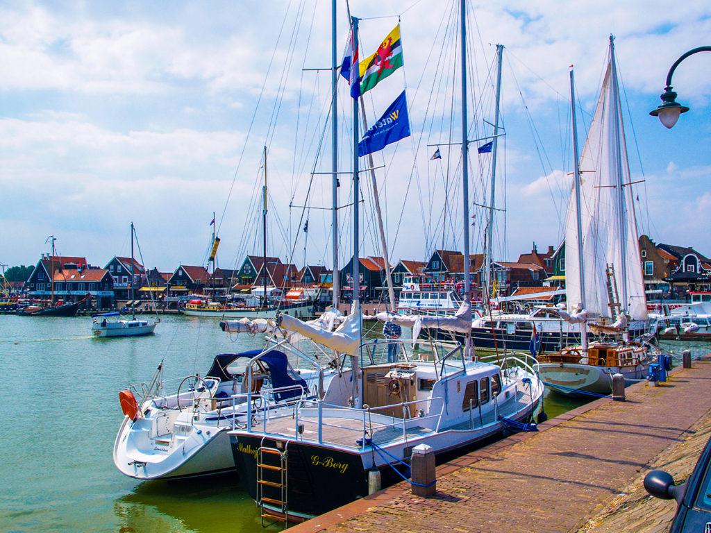 この画像には alt 属性が指定されておらず、ファイル名は オランダ-フォーレンダムの港-1024x768.jpg です